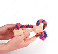 Эко-игрушка в виде небольшой деревянной гантели с закрепленным канатом