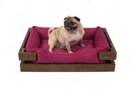 Лежак с деревянным каркасом натурального цвета и мебельной рогожкой цвета фуксия Dreamer Nature + Berry