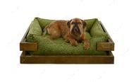 Лежак с деревянным каркасом натурального цвета и мебельной рогожкой оливкового цвета Dreamer Nature + Olive