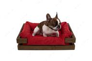 Лежак с деревянным каркасом натурального цвета и мебельной рогожкой красного цвета Dreamer Nature + Red