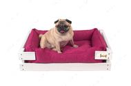 Лежак с деревянным каркасом белого цвета и мебельной рогожкой цвета фуксия Dreamer White + Berry