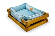 Лежак с деревянным каркасом натурального цвета и велюровой лежанкой голубого цвета Dreamer Nature + Blue Velur