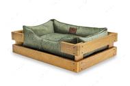 Лежак с деревянным каркасом натурального цвета и велюровой лежанкой изумрудного цвета Dreamer Nature + Green Velur