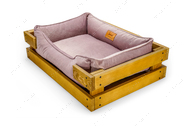 Лежак с деревянным каркасом натурального цвета и велюровой лежанкой лилового цвета Dreamer Nature + Pink Velur